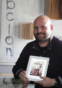 Jaime Noguera, con la portada de su libro. / Fernando González
